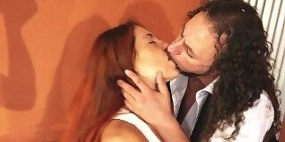 cornuto lecca i piedi alla moglie stronza mentre lei bacia alla francese il suo amante femdom ita